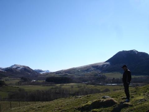 Far står og ser på utsikten vedBråsteinsnuten