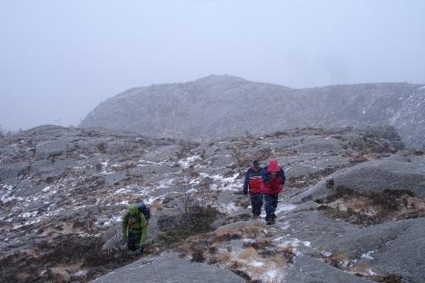 Mor og far og Tonje på vei mot toppen av Lifjell, og det snør og er ingenutsikt.