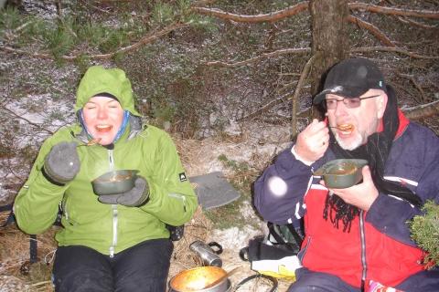 Tonje og far spiser pastamat vedDalevatnet
