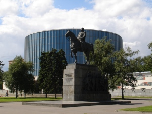 Sånn ser det ut med statuen av Kutuzovskij og panoramamuseet, når man kommer fra Kutuzovskaja metrostasjon