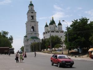 Astrakhans viktigste kryss med Kremlin i bakgrunnen