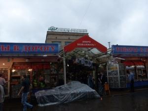 Utenfor Metrostasjonen Komsomolskaja, hvor man kommer til Jaroslavskij-stasjonen med flere av togene for den transsibirske jernbanen.