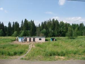 En liten russisk murbygning av typen man kan se mange av langs den transsibirske jernbanen. Dette er et stykke før Ural, på veien mellom Moskva og Jekaterinburg