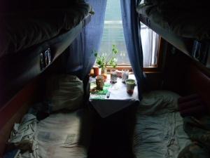 Slik så kupeen min ut, etter at alle sengene er redd opp. Jeg har køyen nederst til høyre i bildet, og det er min mat som står på bordet.