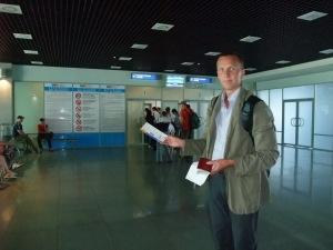 Jeg med flybilletten på flyplassen i Vladivostok