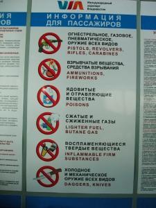 Hva man ikke kan ta ombord i russiske fly. Legg merke til at i motsetning til hos oss, konsentrerer de seg om farlige ting.