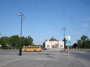 Kunstmuseet i Toblsk, med buss nr 4 foran. Like til venstre ligger hotell Sibir, som jeg bodde på.