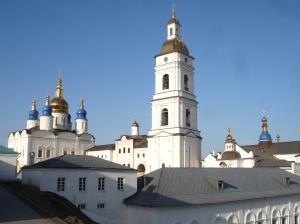 Spir på spir i Kremlin i Tobolsk. Vi ser forbønnskirken, klokketårnet og den herlige St. Maria katedralen