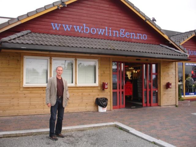 Her står ved inngangen til Bømlo Bowling og Biljard. Vi skal spille nede i Gruvo.