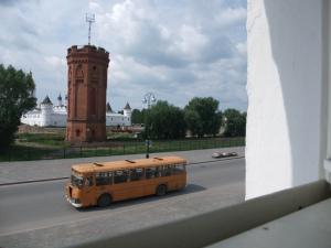 Her er buss 4 i Tobolsk, foran Kreml og vanntårnet. Utsikt fra vinduet, hotell Sibir