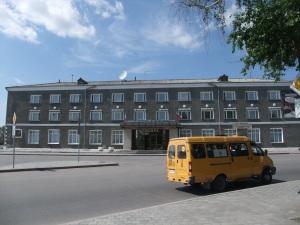 Hotell Sibir i Tobolsk, med en gul Martsjrutka foran