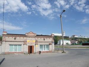 Nærbutikk og utsikt opp mot Kremlin i Tobolsk