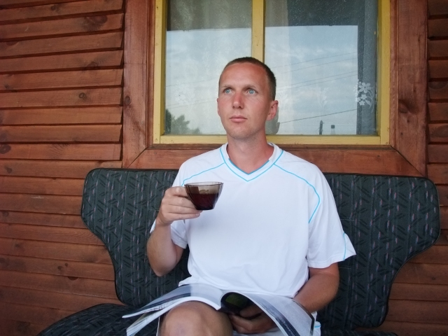 Med en kopp te på altanen i Green hostell, Listvjanka