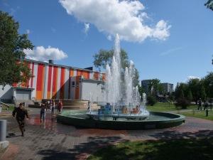 Unger i lek ved en fontene i Narva, Estland
