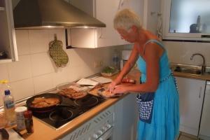 Mor er på kjøkkenet
