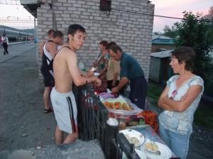 Russerne handler niste og godt på en av stasjonene langs den transsibirske jernbanen