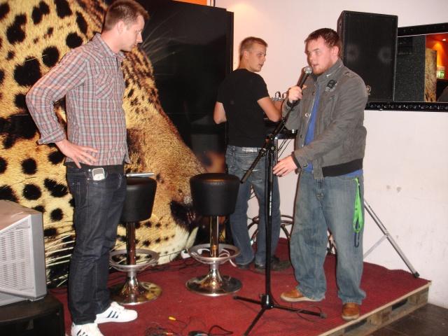 Lydprøve på scenen i Bømlo. Legg merke til leoparden i bakgrunnen.