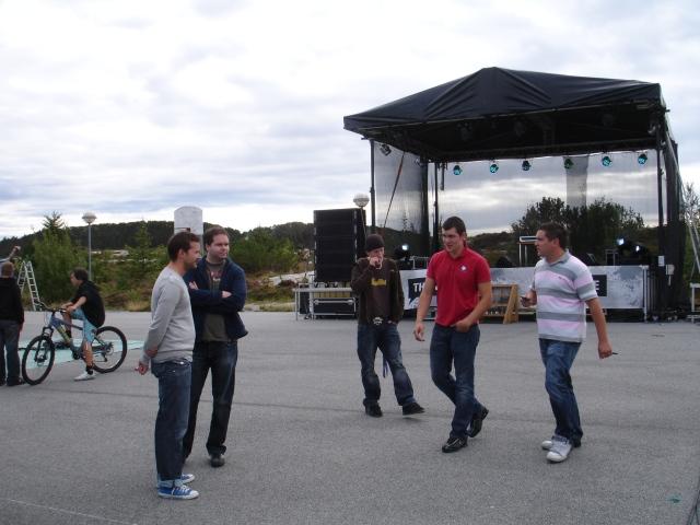 Arrangøren tar en siste prat med komikerne før showet starter i Øygarden