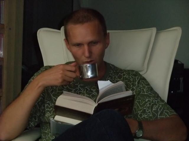 Lesing av to bøker på en gang - inkludert kaffekopp