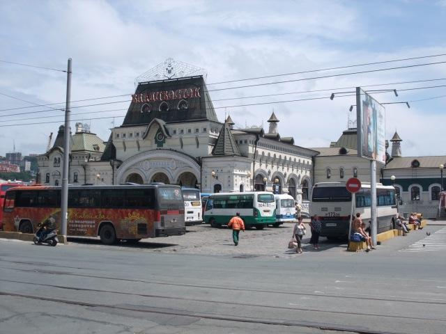 Stasjonen i Vladivostok med bussholdeplassen