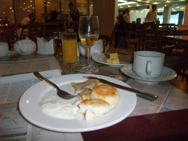 Russiske pannekaker - Blini - og rømme - Svetlana - og champagne til frokost på Hotel Don-Plaza i Rostov