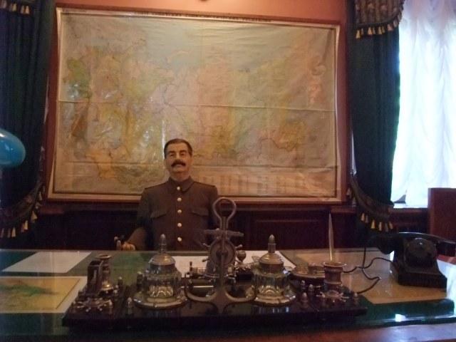 Josef Stalin i voksmodell ved sitt skrivebord på datsjaen
