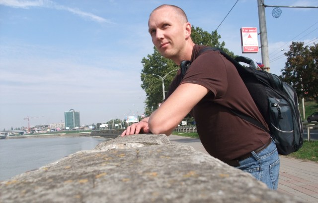 Jeg ved elven i Krasnodar. Det er ikke så mye som skjer her heller.