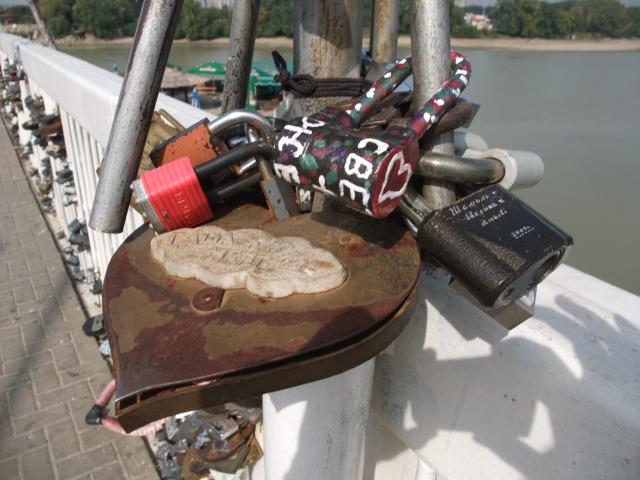 Russiske ektepar skriver navnene sine på en hengelås, og låser den fast på en bro og kaster nøkkelen i elven