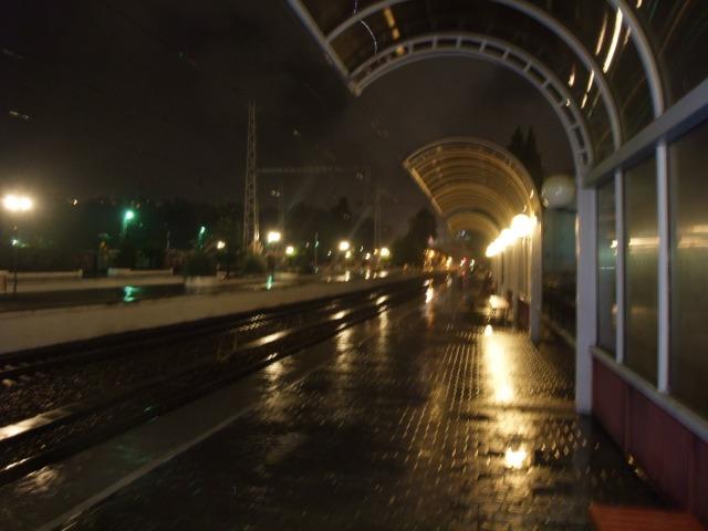 Et uklart bilde av hvordan det så ut for meg den grytidlige morgenen med regn og mørke på stasjonen i Sotsji, Russland