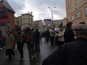 Slik ser det ut oppover gaten fra Kurskaja stasjon i Moskva