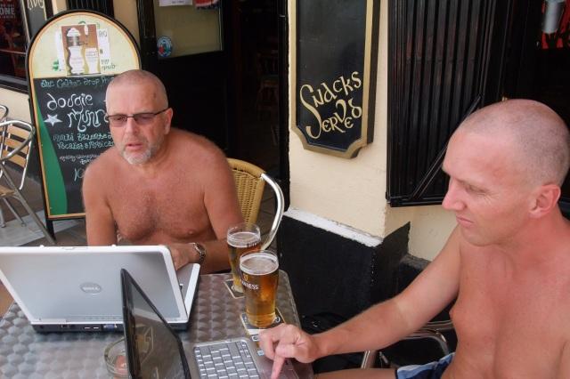 Utenørs blir skjermen vanskelig å se på HP PC med touchpad. Her min avdøde far og jeg ved en pub i Torrevieja, Spania.