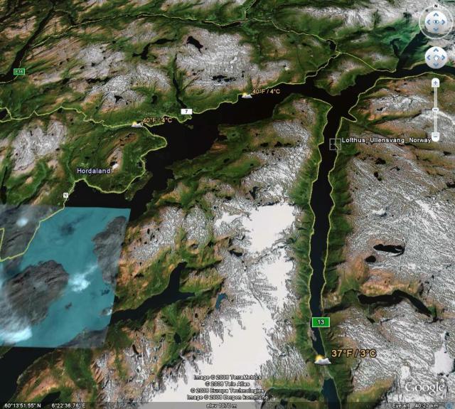 Sånn ser det ut. Det er Odda nederst i Sørfjorden, og Lofthus oppe på østsiden. Godt kjente peker raskt ut Voss på et slikt bilde, og ser Europavei 16. Da sier det seg selv også hvor ferjekaiene Bruravik-Brimnes må være. Ferjestrekket er ti minutt.