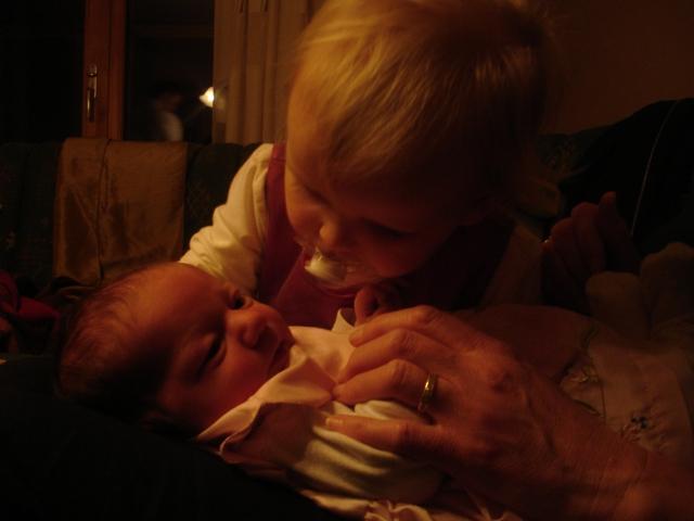 Sara fra den gang hun nettop var født, julen 2005. Sofie følger med.