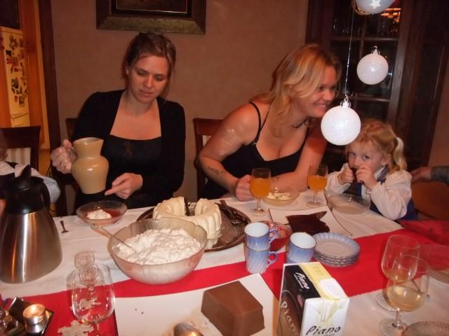 Trude, Tone og Sara spiser dessert.