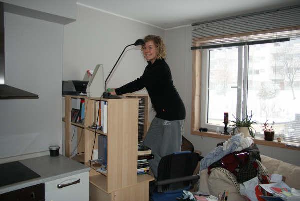 Tonje gjør klar til å omplassere bøkene mine