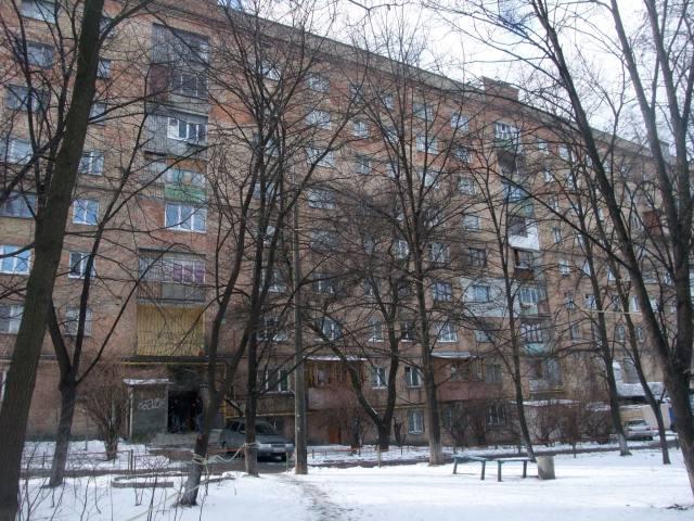 Dette er bygningen jeg bor i. Inngangen ser dere nede til venstre. Jeg bor i sjette etasje.