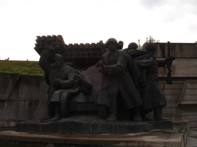 Eksempel på det sovjetiske granittmennesket ved krigsmuseet i Kiev. Sånne skulpturer finnes det mange av.