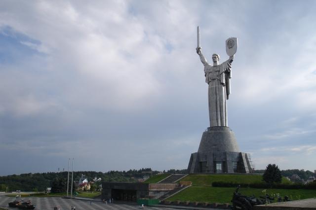 Et bilde av Rodina matj i Kiev, tatt sommeren 2007. Kirgsmuseet er praktisk talt under føttene på den.