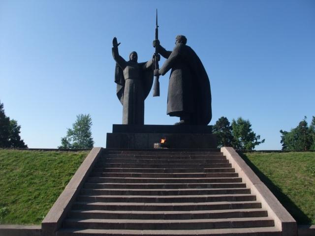 Blant mange krigsminnesmerker jeg har bilde av, velger jeg ut dette fra Tomsk, Sibir. Tomsk ble ikke engang rammet, skjønt, unge menn herfra ble naturligvis brukt som soldater, og byens øvrige befolkning måtte ofre seg for å produsere krigsutstyr.