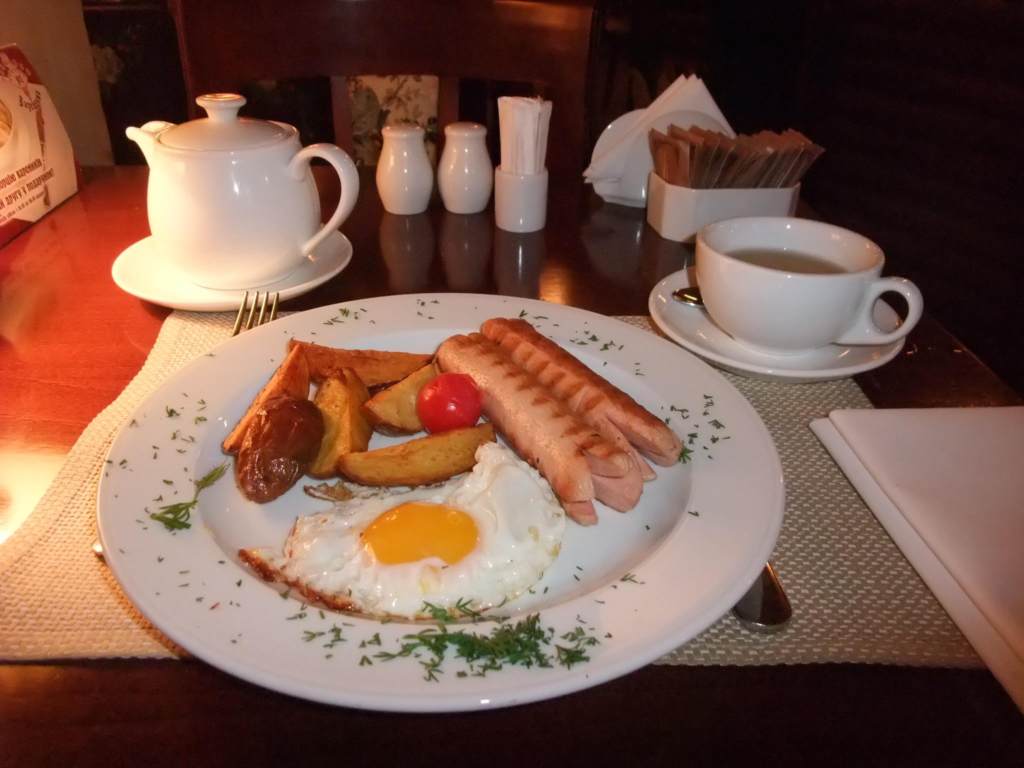 Speilegg, pølser og poteter på en restaurant i Kiev