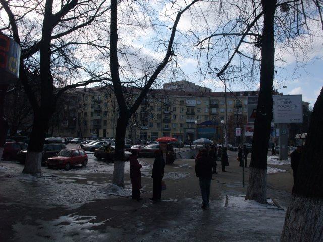 Slik ser det ut ved inngangen til Klovska metrostopp, Kiev