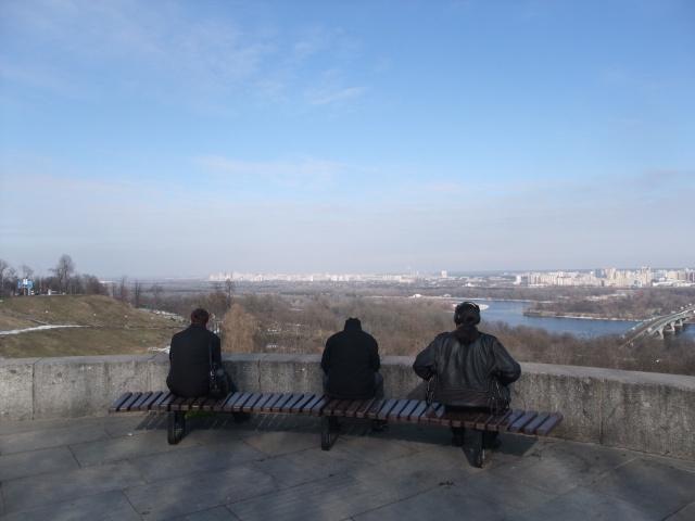 Her sitter tre ukrainere og studerer utsikten fra høydene på vestbredden av Dnjepr.
