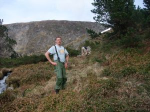 Her er bilde av meg i terrenget der det snart skal bli en bekk.