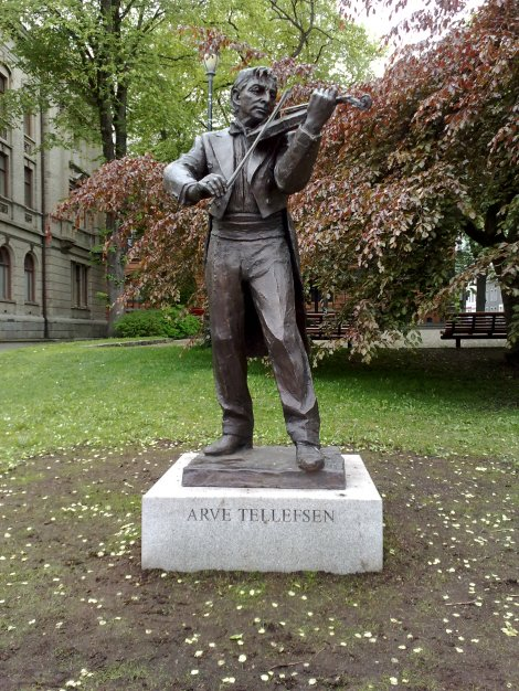 Trondheim har en statue av Arve Tellefsen nær bytorget...