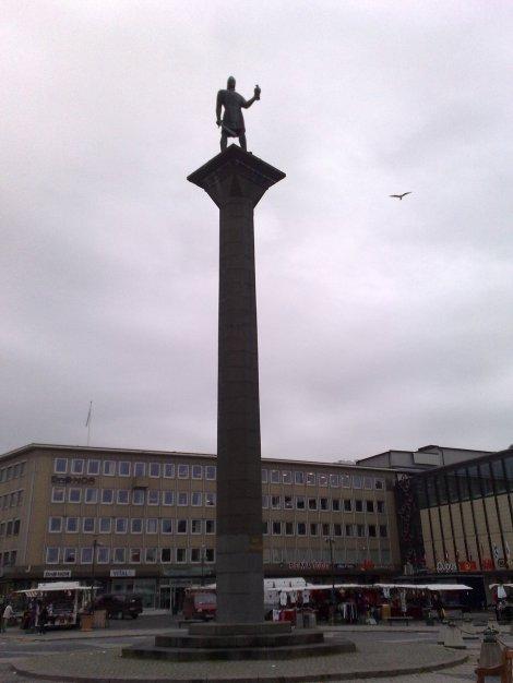 Og på torget står Olav den hellige. I format er han mot Arve Tellefsen som Alexander Rybak mot Lars Sponheim.