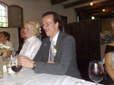 Brudgom Pål (fortsatt delvis forkledd som stjerneadvokaten Billy Flynn) ser ut til å være fornøyd, hva som enn skjer. Bruden Ingrid ved siden av, i sin mors vakre brudekjole.
