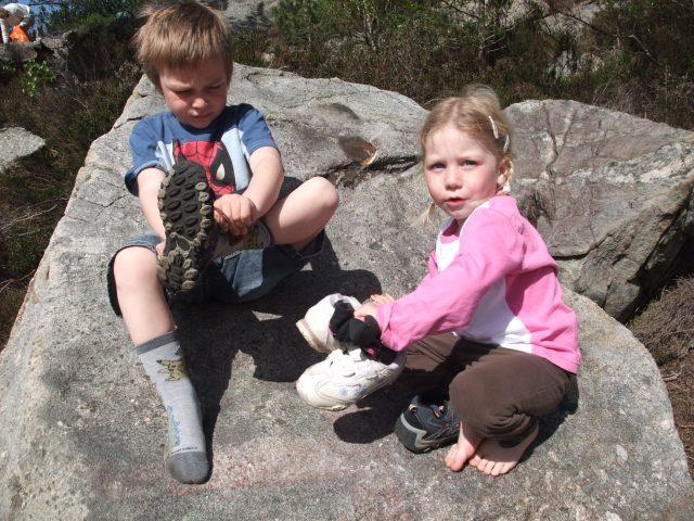 Andreas og Sara har tatt av seg skoene, og skal nå ta dem på igjen.