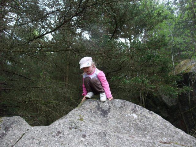 Sara på toppen av en stein.