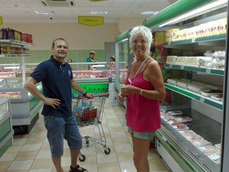 Lars og mor i nærbutikken, de tilgir sikkert at bildet er tatt dagen etter.
