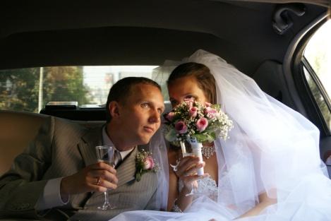 Å elske er å se rundt omkring i forskjellige retninger bak blomster og champagne...